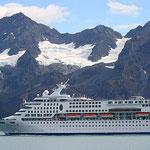 Norwegischer Luxus-Liner bei der Einfahrt in den Hafen von Seward.