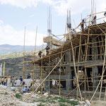 Baustelle in Bhutan. Am Ende muss das Gebäude dem traditionellen Stil Bhutans entsprechen.