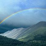Regenbogen nach einem heftigen Gewitter mit Schnee und Eisregen über den Bergen des Changai.