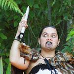 Besuch im Marae, einem Maoridorf bei Rotorua mit Teilname an traditionellen Zeremonien