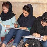 Architekturstudentinnen betreiben ihre Studien in der großen Säulen - Halle der Nasir al-Mulk Moschee in Schiras.