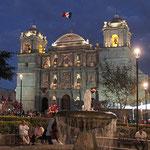 Blick vom Zocalo auf die Kathedrale von Oaxaca.