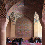 In der großen Säulen - Halle der Nasir al-Mulk Moschee in Schiras. Die Grundsteinlegung war 1876