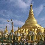 Die Shwedagon-Pagode erhebt erhebt sich majestätisch auf dem Sigutara-Hügel. Sie gilt als Burmas schönstes Bauwerk.