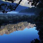 Alpine Gipfel spiegeln sich im tiefblauen Wasser des Mirror-Lake.