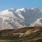 Herrlicher Blick am frühen Morgen auf eine Kette des Zagros-Gebirges. Die Schneeberge sind weit über 4000 m hoch.