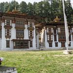 Der Kurjey - Lhakhang ist einer der heiligsten Orte Bhutans, da Guru Ringpoche hier meditiert haben soll. Besonders beeindruckend sind die schönen Holzarbeiten.