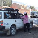 CAPEDIS近くの通りで、タクシーの運転手に渡しているところ。