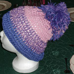 lila/rosa Häkelmütze mit dickem Bommel