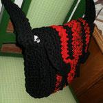 rot/schwarze große Umhängetasche mit schwarzen Knöpfen (out)