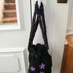 Häkelumhängebeutel schwarz mit lila Sternen