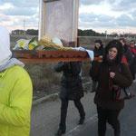 Spesso l'altezza delle persone che trasportano il quadro della Madonna non coincide, per cui è scomodo e più faticoso il trasporto.
