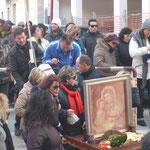 Ci sono persone come Nino (giaccone scuro e occhiali) che in maniera silenziosa offre alla Madonna anche il suo servizio durante il pellegrinaggio. Anche questa è preghiera.