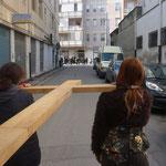 Come sempre la croce apre il corteo, in fondo alla strada un gruppo di persone ci attende, per proseguire il percorso con noi.