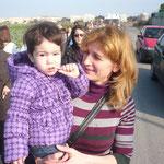La buona giornata, il sole e quell'aria dal sapore di primavera, hanno consentito a questa mamma di portare con se il proprio bambino.