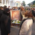 Anni fa avevamo iniziato il pellegrinaggio portando con noi solo la croce, dopo pochi mesi invece anche il quadro della Madonna di Jaddico. Questo è un pellegrinaggio  mariano.