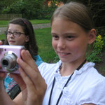 Phoebe mit ihrer pinken Kamera :-D