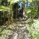 長く急な階段