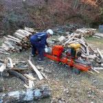 間伐材を薪割りし、炭木や薪に利用
