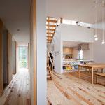 抜ける視線が外の風景と繋がるため、まるで外部に居るような室内を作り出している。
