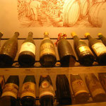 La vinothèque : de nombreux trésors, des bouteills pleines de 1887 à nos jours !
