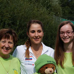 Belinda mit dem Maskottchen, ihrer Grossmutter Piroska und Nadine Schmitz