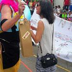 Laura Di Dio Iacovangelo remettant notre cadeau