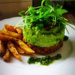 Kidneybohnen- Burger mit Erbsenstampf, Ofenkartoffeln & Petersilienpesto