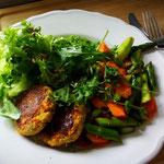 Falafelbratlinge mit gebratenem Gemüse, Brokkoli-Erbsen-Püree und Salat