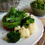 Kidneybohnen- Burger mit Brokkoli- Erbsenstampf, Gemüse & Salat