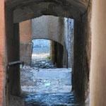 Francoise Guile J'adore ce petit chemin de pierre vers une balade imaginaire...on se sentirait presque une âme de petit rat des villes), Marie-claude Iturria (C'est bien un rayon de lumière après l'ombre de la voûte !?).