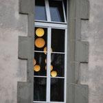 Elodie Brutinel Lardier (Sphères suspendues comme des bulles de mouton, Encadrées strictement par du gris savon...).