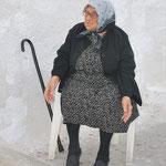 """Il m'a fallu du temps, mais je l'ai retrouvée. L'une des fameuses humoristes des """"Vamps"""" réside désormais en Grèce, où elle vit une retraite paisible."""