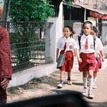 """Isabelle Blanc (Très """"classe"""" et magnifiés par le port de l'uniforme! Je vais songer à envisager le concept pour mes p'tits lutins!), Ika Mudjijono (Where did u take this pic? They are indonesian child, right? My country's children)."""