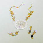 """Collection """"Fenice"""" - 2005 Collier, broche et boucles d'oreilles . Bronze et bois brûlé , camées en étain ."""
