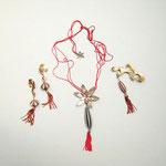"""Collection """"Ming"""" - 2003 Collier, broche et boucles d'oreilles . Murano verre soufflé , dorés ou argentés en laiton martelé doucement , cordon de soie"""