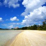底地ビーチの白い砂浜。