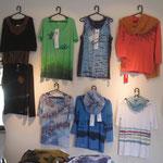 会場の壁に展示されたアグアレオンTシャツ(一部)