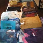 会場のテーブルに展示されたアグアレオンTシャツ(一部)