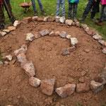 Bau einer Kräuterspirale im Schulgarten