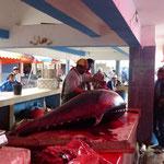 L'énorme thon ramené au marché
