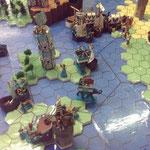 Im Vordergund bedrängen die Krieger aus Athryll Fellin die Stadt Kerion, im Hintergrund tobt die Seeschlacht im Meer der Sechs Winde weiter