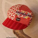 夏もかぶれるデザイン。赤色の花×花キャスケット