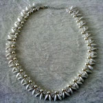 Twisted Dagger Collier in weiß 45 Euro
