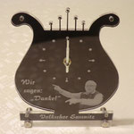 26. Acryl mit Foto-Lasergravur, lasergeschnitten auf ausgefrästem bronzefarben eloxierten Aluminium mit eingebautem Uhrwerk