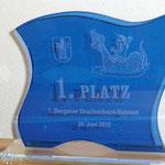 13. Laser-Glasgravur mit Graustufen auf blauem transparenten Glasteil