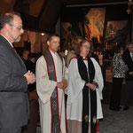 Gemeinsam mit Pfarrer Ludwig Sperrer freuen wir uns über das neue Symbol der Versöhnung in St. Barbara