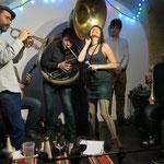 Ben Ransom (trompette), Fred Dupin (soubassophone), Stéphane Borde (banjo), Mathieu Tarot (trompette), Thibaud Bonté (trompette), Jean-Luc Pareau (saxophone)