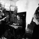 Dave Blenkhorn (guitare et chant), Jean Marc Montaut (piano) et Laurent Vanhée (contrebasse)