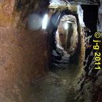 Gang zum historischen Brunnen
